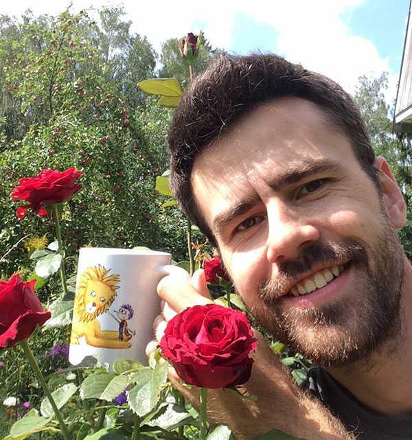 миша позднев на даче с розами